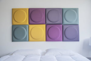 Photo d'une tête de lit faite en dalles Kälm Design